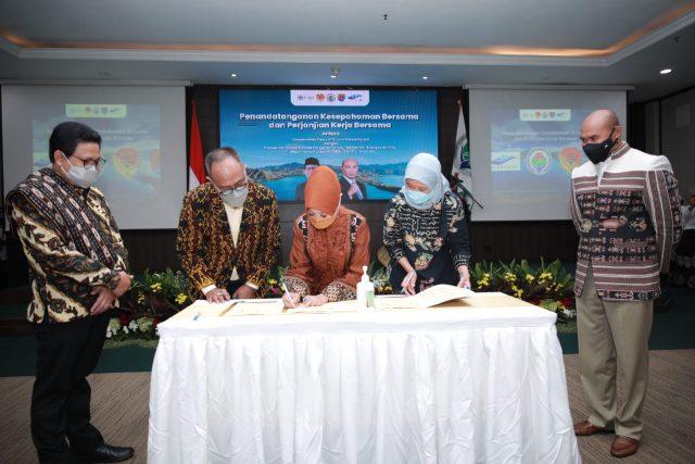 Penandangan nota kesepahaman bersama dan Perjanjian Kerja Bersama (PKB) antara Kemendes PDTT dengan Pemerintah Provinsi Nusa Tenggara Timur (NTT), Pemerintah Kabupaten Alor, PT Mega Inovasi Organik (MIO), dan PT Flobamor di Jakarta, Selasa (26/10/21).