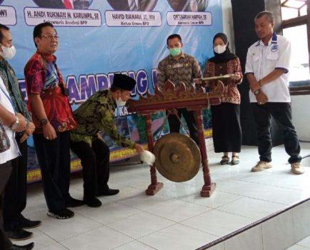 Bupati Budi Utomo didampingi para petinggi Gapensi baik pusat maupun daerah memukul gong tanda dimulainya Muscab ke-VIII Gapensi Lampung Utara di gedung Kopri Kotabumi, Kamis (14/10/2021)