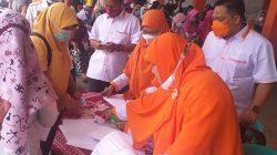 Ketua PKS Lampung Utara, M. Nuzul Setiawan (kanan) meninjau proses pendaftaran untuk vaksinasi Covid-19 di kantor mereka, Senin (8/10/2021).
