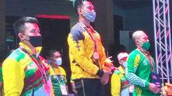 Lifter Lampung Viki Arianto (tengah) meraih medali emas di kelas 66 kg cabang angkat berat PON Papua, Senin (11/10/2021). Ia berhasil mengangkat total beban seberat 767.5 kg. Foto: Don Pechy
