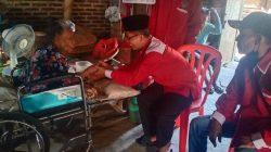 etua PC Bamusi Lamsel, Herman Abdilah bersama kader organisasi memberikan bantuan paket sembako kepada salah seorang warga tidak mampu dan dalam kondisi sakit di Desa Sidowaluyo, Kecamatan Sidomulyo, Lampung Selatan, Jumat (15/10/2021).
