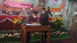 Bupati Budi Utomo didampingi Ketua DPRD Lampung Utara, Romli menandatangani nota kesepakatan bersama rancangan KUA-PPAS tahun 2022, Selasa (19/10/2021).