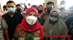 Walikota Eva Dwiana menjelaskan ke awak media tentang adanya kericuhan dan kedatangan pedagang lama Pasar Smep, Jumat (22/10/2021).