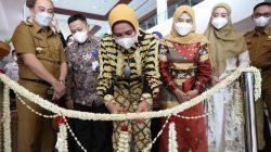 Ketua Dekranasda Lampung Riana Sari Arinal meresmikan Galeri Dekranasda di Dermaga Eksekutif Pelabuhan Bakauheni, Selasa (19/10/2021). Foto: Diskominfotik Lampung