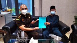 Kasie Intelijen Kejari Lampung Utara, I Kadek Dwi Ariatmaja menerima petisi dari tokoh masyarakat Desa Cahayamas, Marten terkait dugaan penyimpangan DD di Desa Cahayamas, Kamis (21/10/2021).