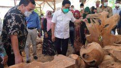Mendes PDTT Abdul Halim Iskandar melihat-lihat kerajinan kayu salah satu produk BUMDes. Foto: dok Kemendes PDTT