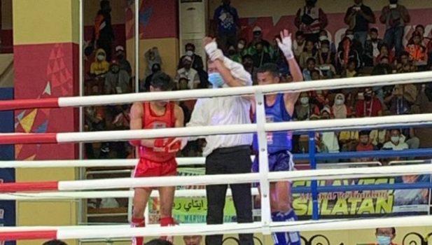 Mitra Waruwu (kaus biru) juara muaythai kelas 54 kg putra PON XX Papua, Minggu (3/10/2021).