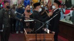 Ketua DPRD Lampung Utara, Romli menyematkan pin usai mengambil sumpah jabatan pada Jupi Sunandar