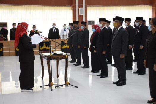 Walikota Eva Dwiana melantik dan mengambil sumpah 38 pejabat di Lingkungan Pemkot Bandarlampung, Selasa (5/10/2021).