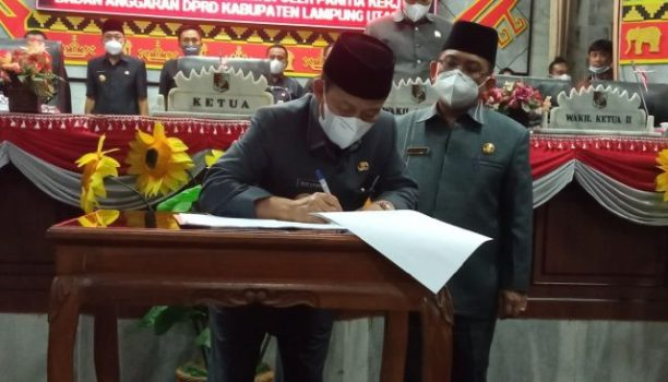 Bupati Budi Utomo menandatangani nota kesepakatan Rancangan Perubahan APBD Lampung Utara tahun 2021