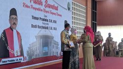 Walikota Eva Dwiana memberikan piagam penghargaan dan cinderamata kepada mantan Ketua PN Tanjungkarang Timur Pradopo dan istri di Aula Semergo Pemkot Bandarlampung, Senin (18/10/2021).
