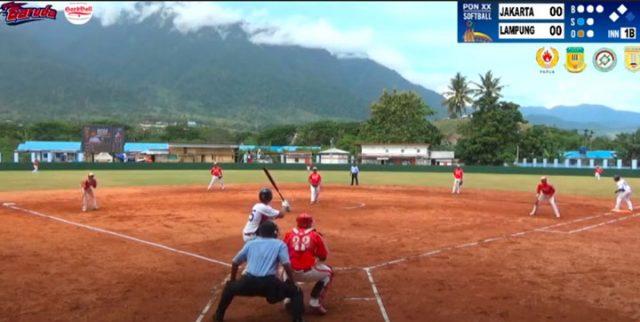 Pemain Lampung (kaus putih) bersiap memukul bola pada laga final softball putra melawan tim DKI Jakarta di Lapangan AURI, Sentani, Minggu siang Waktu Papua. Foto: youtube