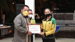 Sutjiati Narendra menerima bonus dan piagam penghargaan dari Gubernur Lampung Arinal Djunaidi di Mahan Agung, Rabu malam (20/10/2021).